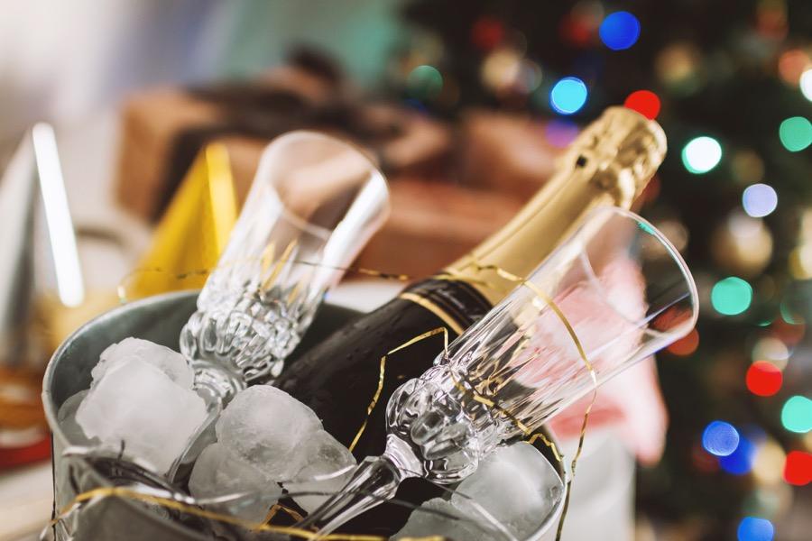VINUM Champagne-and-glasses