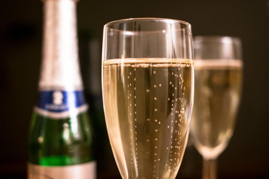 VINUM champagne-two-glasses