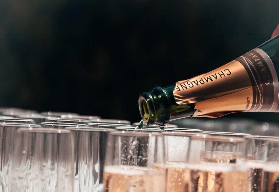 VINUM pouring-champagne
